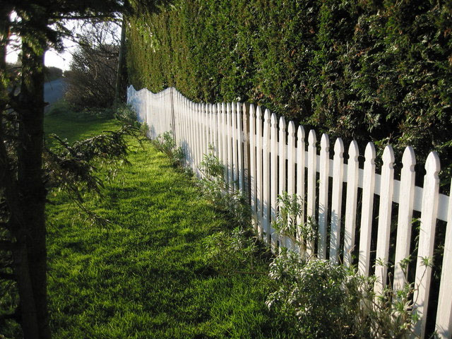 A Picket Fence Colonial Style For Front Gardens